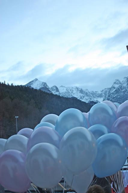 Ballons in Pastellfarben, Eisblau und Leuchtrot, Winterhochzeit in den Bergen von Bayern, Riessersee Hochzeitshotel Garmisch-Partenkirchen, Winter wedding in Bavaria, Germany