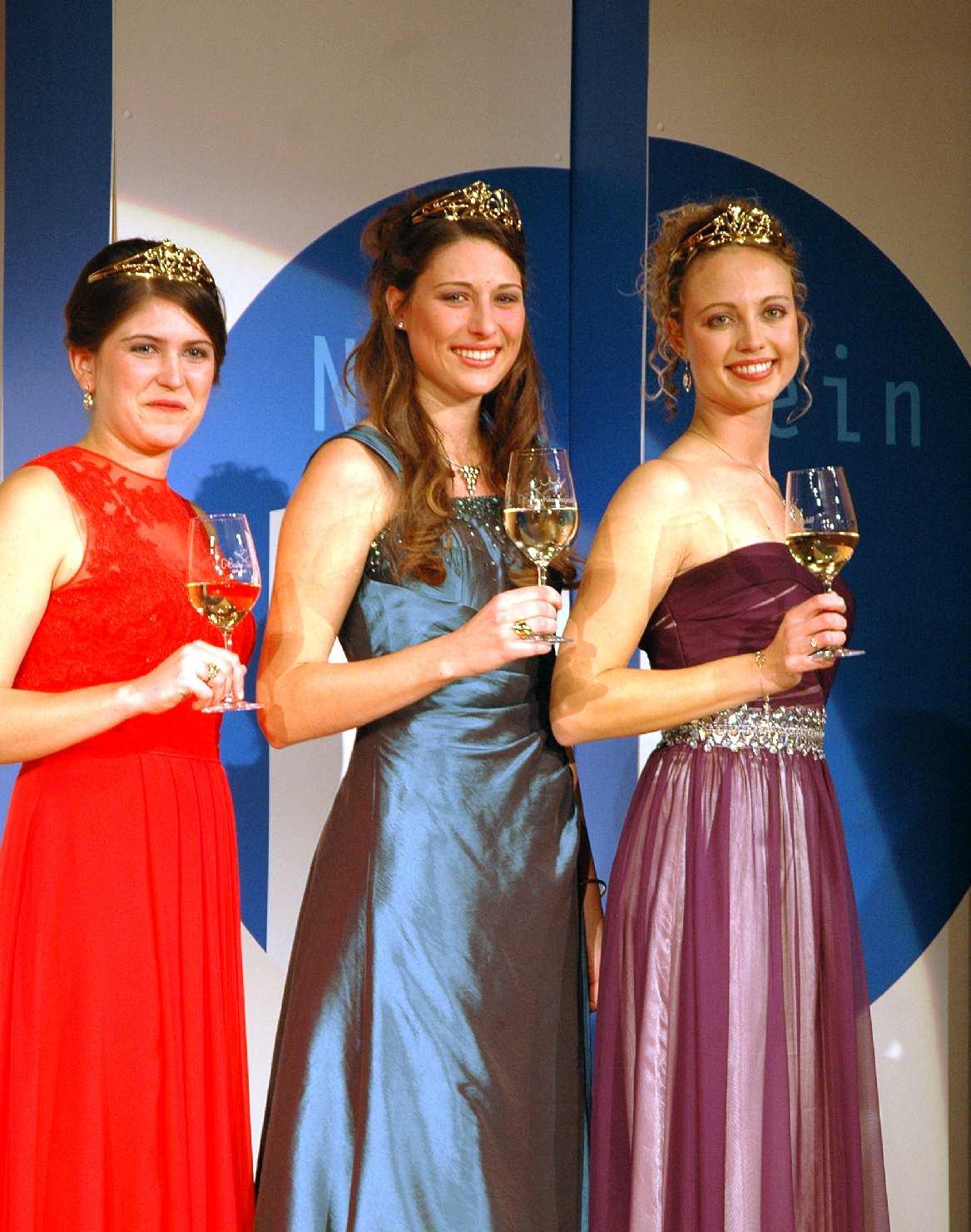 Die neuen Naheweinmajestäten (v. l.): Elisa Marie Reichardt, Laura Weber und Victoria Gänz.