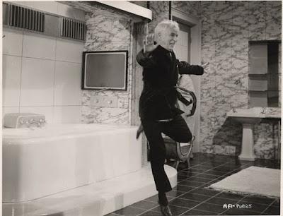 """Чарльз Чаплин репетирует сцену из """"Короля в Нью-Йорке"""""""