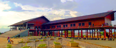 Model rumah adat Kalimantan Barat yang berbentuk panggung. Bagian kolongnya tidak dipergunakan karena tanahnya berawa-rawa. Pada kiri kanan rumah terdapat kamar-kamar dan ditengahnya merupakan ruang upacara dan pertemuan. Ba ngunan tersebut terbuat dari kayu dan atapnya dari sirap.