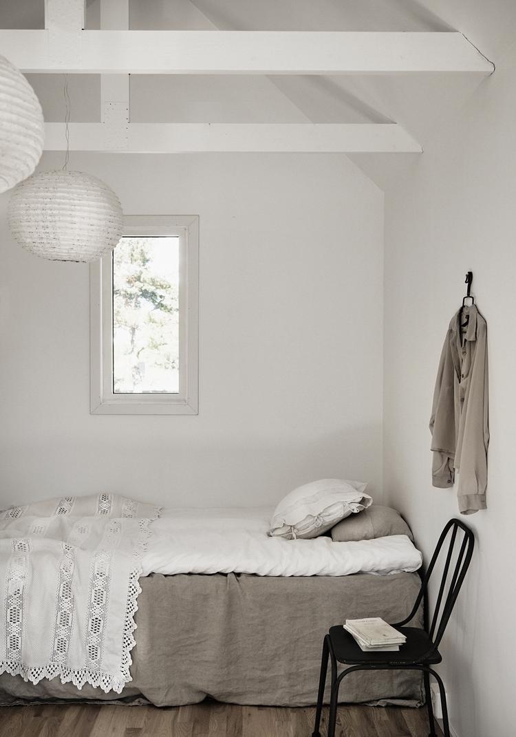 dormitorio-blanco-sabana-plaid-ganchillo-silla-mesita-negra-estilo-nordico-decoracion-nordica-interiorismo-alquimia-deco-lino