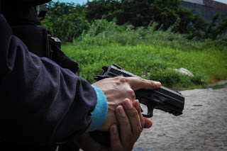 Policial civil troca tiros com PM dentro de farmácia no centro