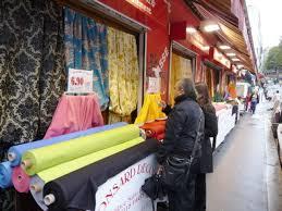 Montmartre Les échoppes de tissus du marché Saint-Pierre.