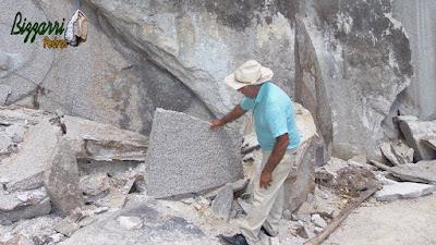 Bizzarri escolhendo a pedra para fazer uma escada de pedra no jardim. Tipo de pedra chapa com tamanhos variados com espessura variando entre 7 a 15 cm. São verdadeiras peças únicas para execução de escada de pedra sem cimento. São assentadas direto na terra com junta de grama. Pedra de granito na cor rosa.