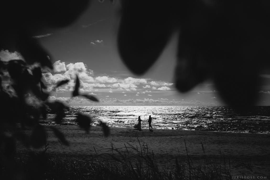 skaistākā kāzu fotogrāfija silueti pie jūras