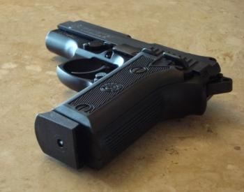 Foto de una pistola sobre una mesa