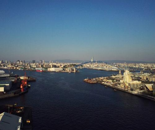 橋の上からの海の画像