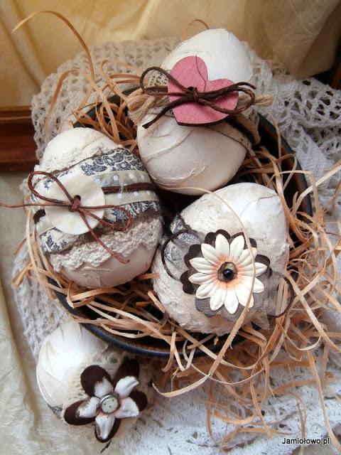 wielkanocne jajka w nietypowych kolorach