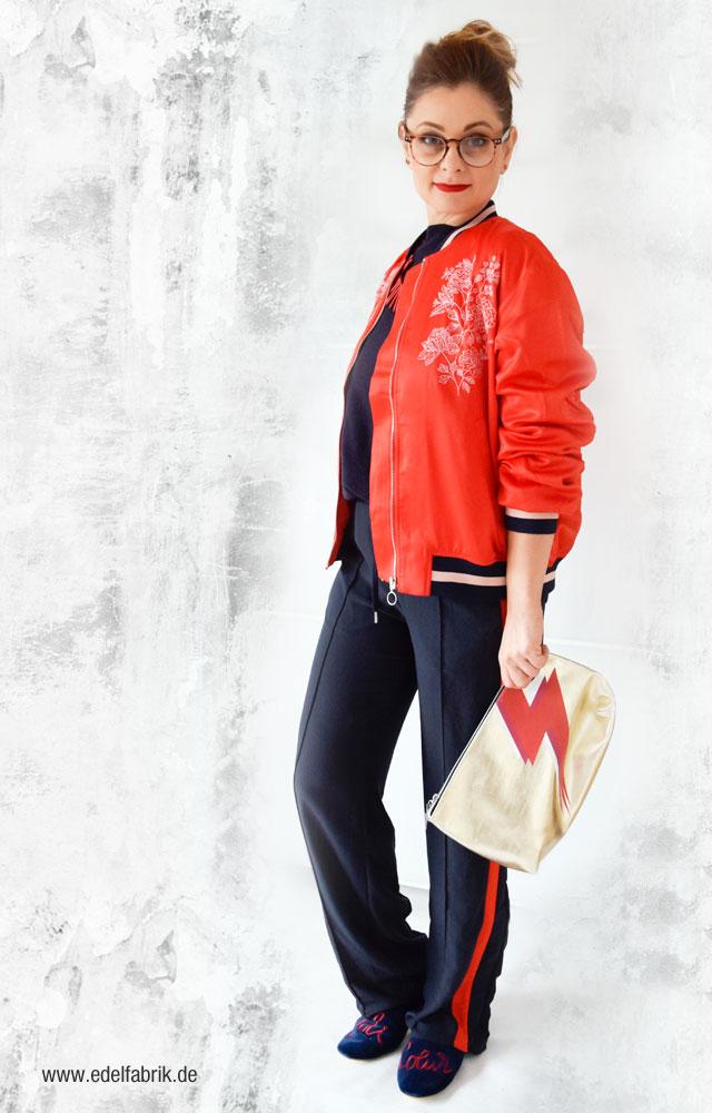 Dunkelblaue Joggers mit roten Kontraststreifen, Rote Bomberjacke von H&M