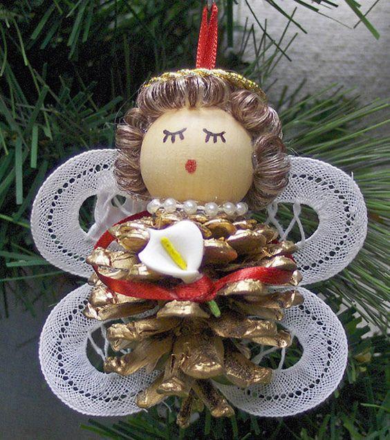 Angelitos para colgar en el rbol de navidad usando pi as - Pinas de pino para decorar ...