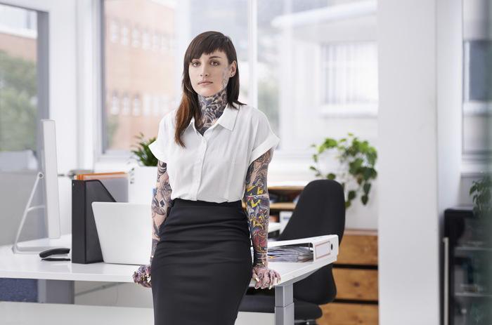 Una empresaria tatuada en su despacho
