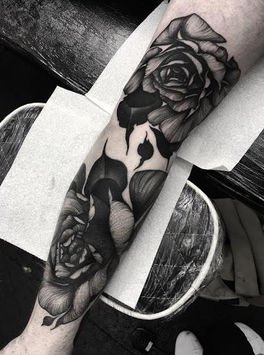 Um grupo de lindas rosas manga da tatuagem. Não há nada como a tinta a si mesmo com suas flores favoritas ou algo tão bonito como este design floral, em tons de cinza efeito também faz lhes o olhar tranquilo e misterioso.