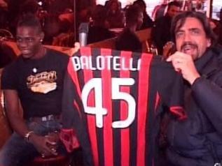 0ef5a44d5d Durante a gravação de um programa humorístico na Itália da emissora Canale  5