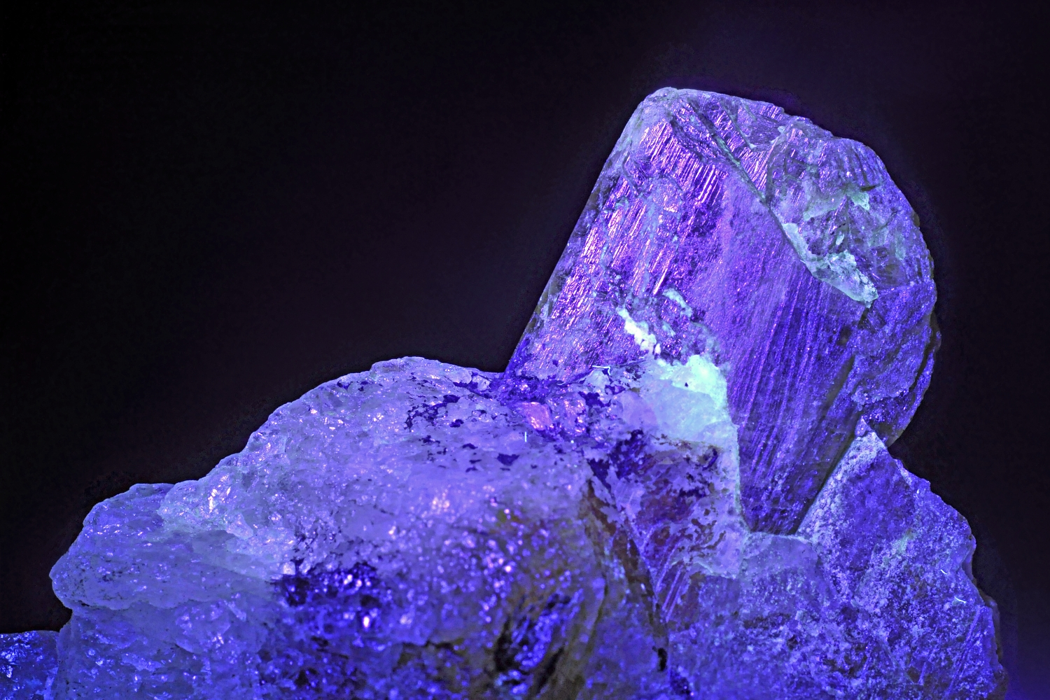 Chrysobéryl var. alexandrite sous under UV light (Madagascar)