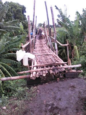 jembatan bambu menuju sumber waras