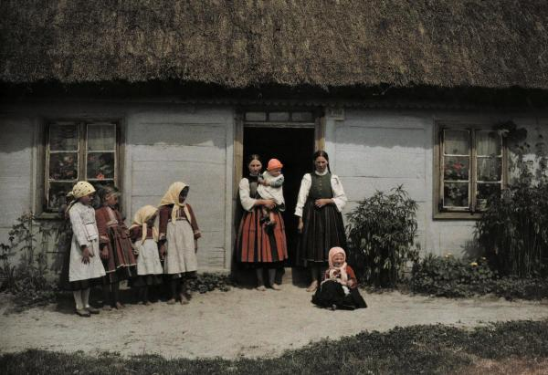 Rare and Stunning Color Photographs Capture Daily Life in