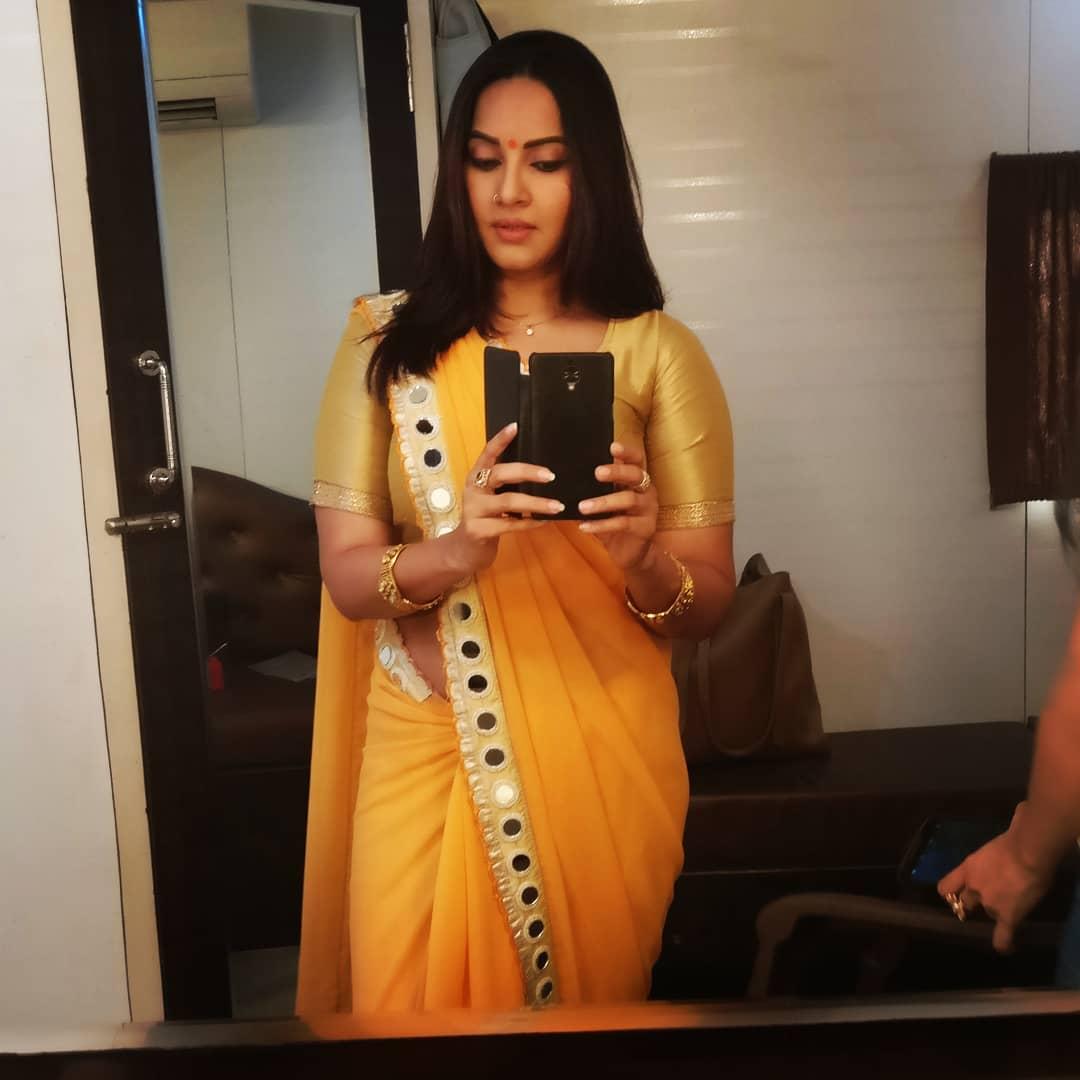 Crime Patrol actress, Geetanjali Mishra in yellow saree takes a selfie