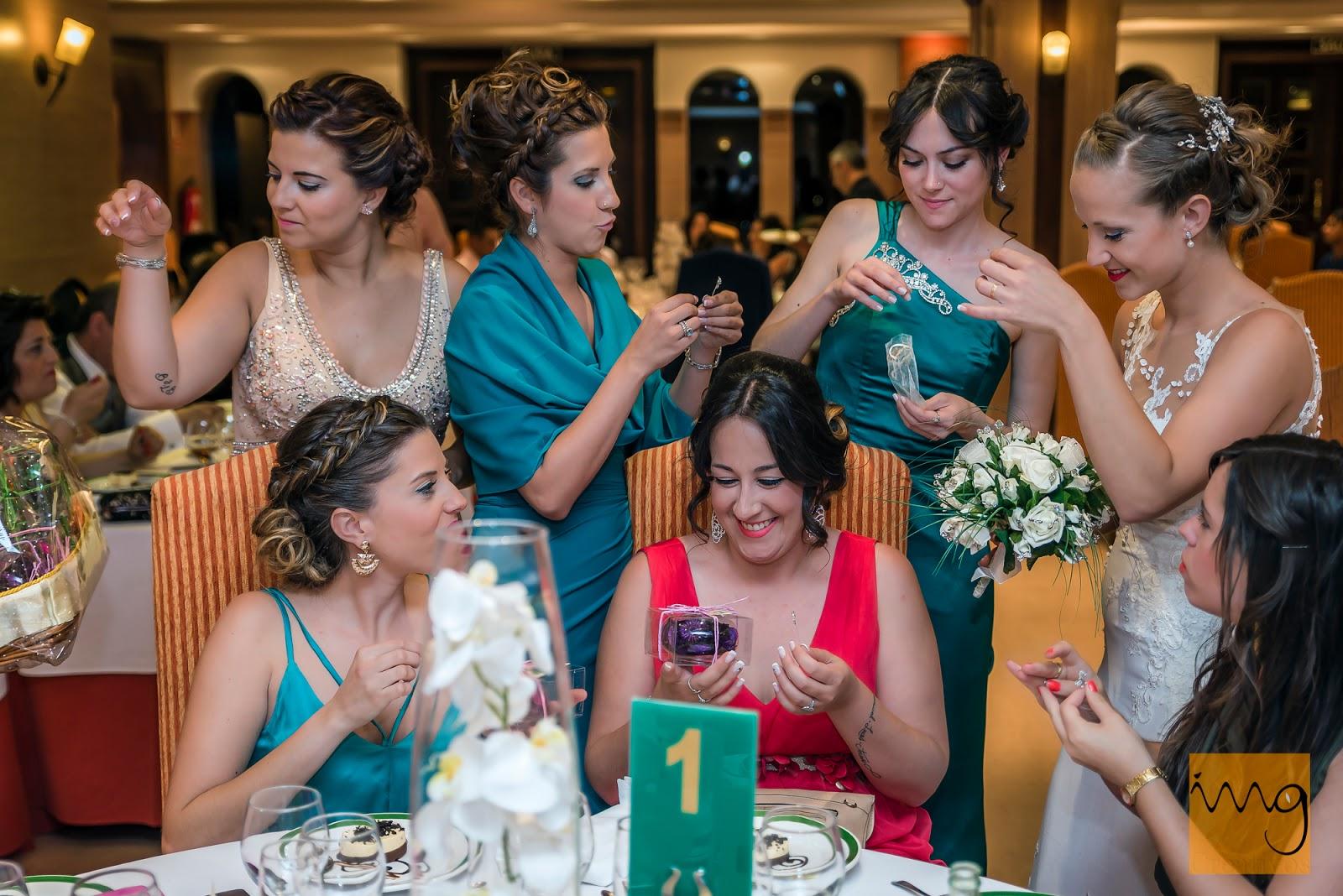 Fotografía de las damas de honor ayudando a la novia en Granada