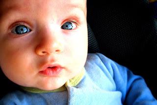 لماذا تتغير عيون طفلك من الازرق الى البني