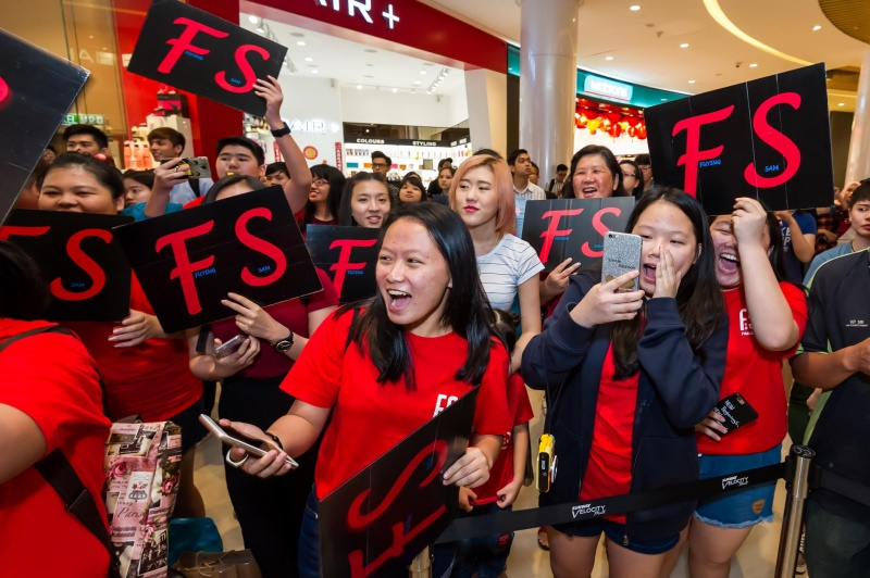 Customers and fans of Watsons Celebrity Friends cheering for their favorite idol.