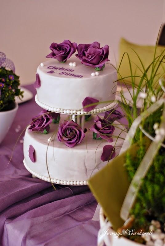 jennys backwelt hochzeitstorte dieses mal eine zweist ckige mit lila rosen. Black Bedroom Furniture Sets. Home Design Ideas