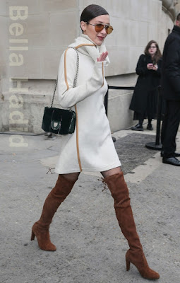 ベラ・ハディッド(Bella Hadid)は、カレラ(Carrera)のサングラス、セリーヌ(Celine)のワンピース、ディオール(Dior)のショルダーバッグ、スチュアートワイツマン(Stuart Weitzman)のブーツを着用。