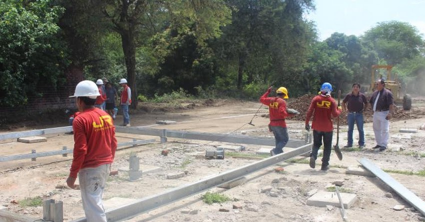 UGEL Chulucanas supervisa instalación de aulas pre fabricadas para el colegio San Ramón