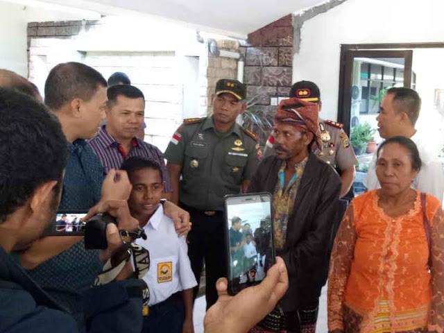 Panjat Tiang Bendera, Johanis Gama Marshal Lau Terima Penghargaan dari Jokowi
