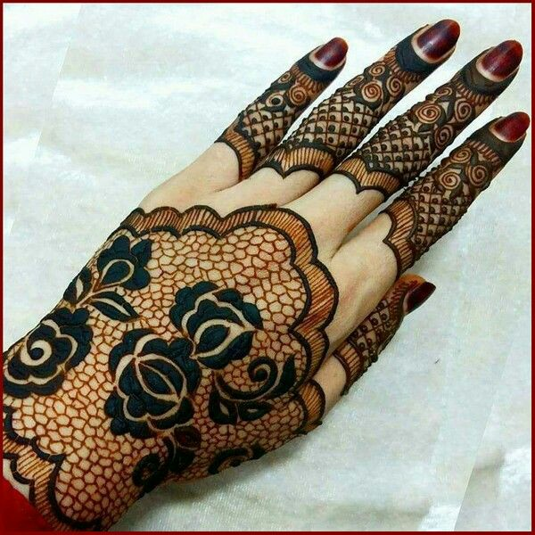 b8e5e4e30 40 Latest Mehndi Designs to try this year | Bling Sparkle