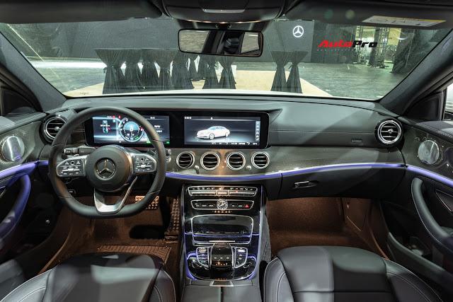 Phiên bản này có đầy đủ những tính năng, công nghệ hiện đại nhất của Mercedes E-Class như màn hình kép 12,3 inch, âm thanh Burmester, cửa sổ trời toàn cảnh, điều hoà 3 vùng độc lập, cửa hít, đèn viền nội thất, vô-lăng bọc da Nappa, ốp sợi kim loại, cửa sổ trời toàn cảnh
