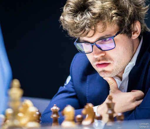 Depuis qu'il a porte des lunettes, tout est moins clair pour Magnus Carlsen qui occupe la dernière place du tournoi d'échecs - Photo © Lennart Ootes