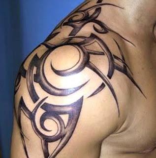 tato tribal di lengan atas