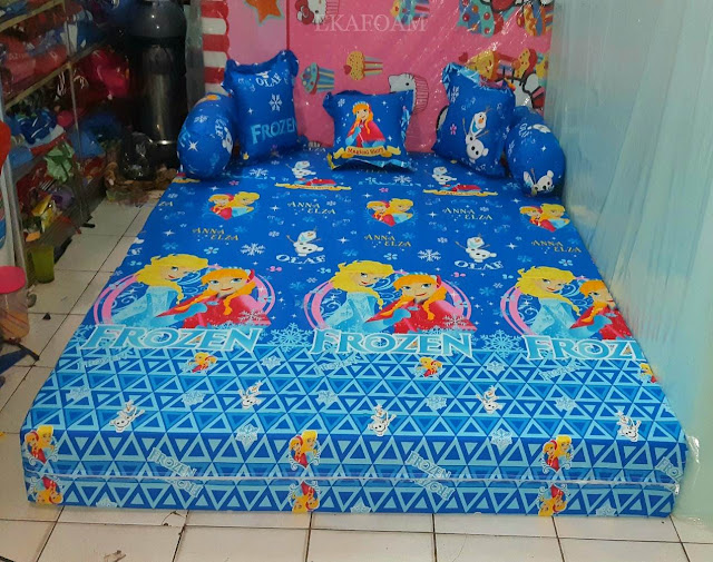 Sofa bed inoac motifFrozen anna elza biru saat difungsikan sebagai kasur inoac normal