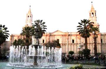 Foto a la Plaza de Armas de Arequipa de día