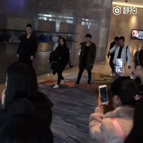 [FANCAM] 170219 Lay came out from Shanghai Hotel