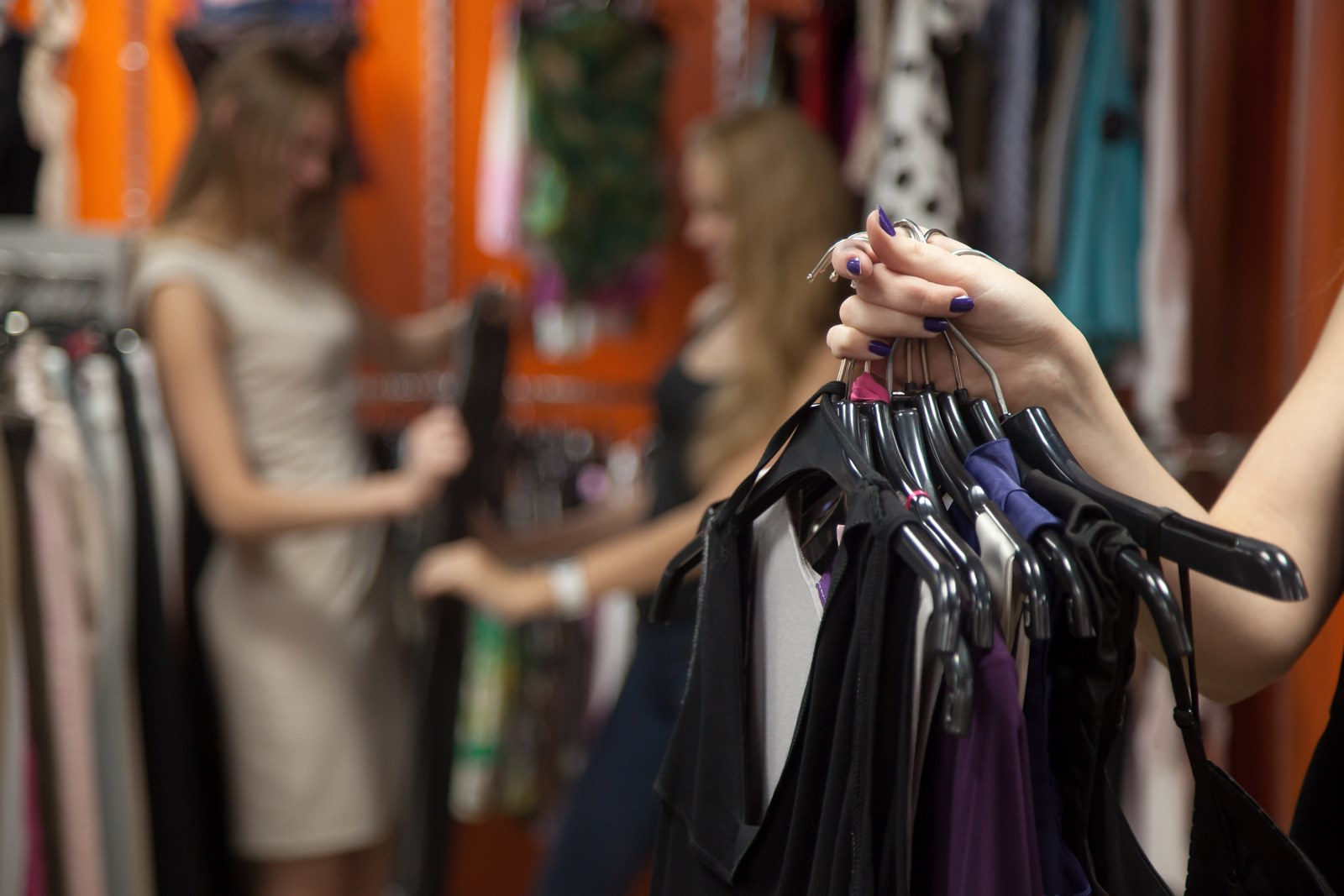 Jak wygląda praca w sieciówce odzieżowej, jak wygląda praca w sklepie, praca sprzedawcy w sieciówce odzieżowej, plusy i minusy pracy w sklepie odzieżowym, praca w sieciówce, sieciówka odzieżowa, sklep z ubraniami, jakie są obowiązki sprzedawcy, obowiązki sprzedawcy w sieciówce odzieżowej, kariera w sklepie odzieżowym, kariera w handlu, visual merchandiser, kierownik, zastępca kierownika, dekorator, sprzedawca, kasjer, ekspedient
