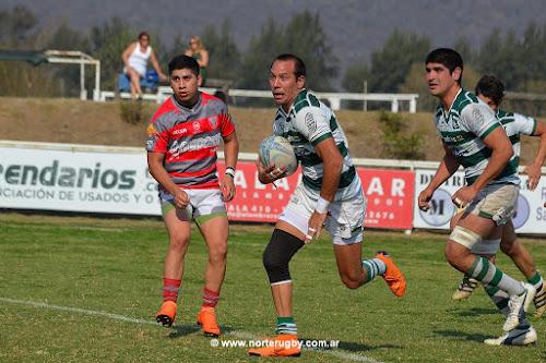 Martín Núñez rompe la marca rival. La U cayó ante Lince. Foto de Jorge Skaf para Norte Rugby #RegionalDelNOA