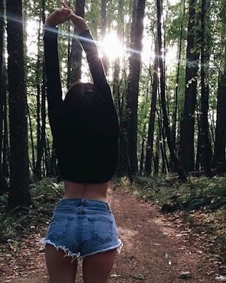 pose tumblr en el bosque de espalda