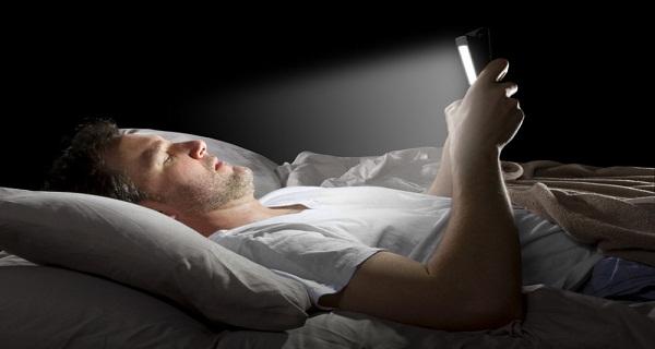 تطبيق رائع يساعدك على إستعمال هاتفك ليلا بشكل مريح