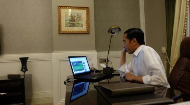 Oh Wow, Gaya Jokowi Nonton Timnas Indonesia Lewat Laptop