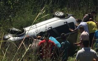 Vendedor capota veículo no interior da Paraíba e carro fica por cima da vítima