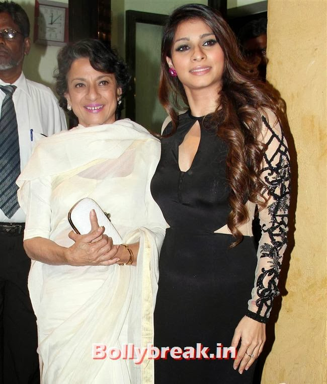 Tanuja and Tanisha Mukherjee, Filmfare Awards 2014 Red carpet Images