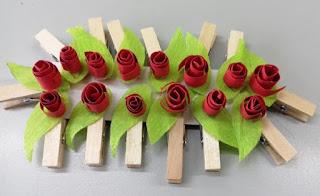 Roses de paper en una pinça petita