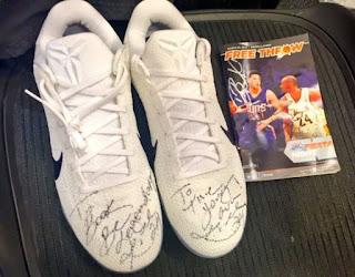 """Kobe Bryant offre ses chaussures dédicacées""""Be Legendary"""" à Devin Booker"""