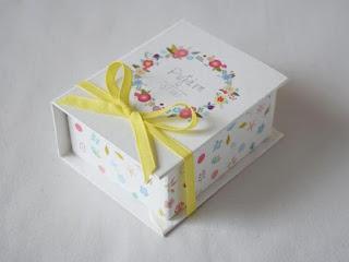 ανοιξιάτικες μπομπονιέρες κουτάκια για βάπτιση με λουλουδάκια και κίτρινο φιογκάκι