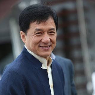 """Biodata   Nama Lahir : Jackie Chan  Nama asli : Kong-sang Chan  Tanggal lahir : 07 April 1954  Lahir di : Victoria Peak, Hong Kong  Zodiac : Aries  Terkenal sejak film """"Drunken Master"""" (1978) Biografi   Pada masa kanak-kanak , ia menderita kemiskinan mengerikan dan paling menyakitkan ketat pendidikan . Pada awal karirnya , ia hampir dibuang hanya sebagai lain dalam garis panjang gagal Berikutnya Bruce Lees . Dalam menyempurnakan keahliannya , dia patah hidungnya tiga kali, dan juga retak pergelangan kakinya , sebagian besar jari-jarinya , kedua tulang pipi dan tengkoraknya ( ditambal bersama-sama dengan pelat baja ) . Anda tidak bisa mengatakan Jackie Chan belum membayar iuran .   Tapi akhirnya, Setelah hampir 40 tahun dalam bisnis , orang yang mencapai ketenaran di seluruh dunia . Saat ia selalu ingin , cukup banyak orang tahu namanya .Jackie Chan lahir di Chan Kong - Sang (artinya Lahir Di Hong Kong ) pada 7 April 1954 , cukup alami di Hong Kong . Dia adalah anak tunggal dari Charles dan Lee - Lee Chan , memiliki , laporan mengatakan , menghabiskan 12 bulan dalam kandungan , akhirnya menjadi diangkat melalui pembedahan dan berat £ 12 ( ibunya julukan Pao - Pao ,   Yang berarti Cannonball ) payment."""">Charles meminjam uang dari teman untuk membayar operasi , menolak tawaran dokter untuk mengambil anak dalam pembayaran. Keluarga itu tinggal di sebuah rumah di distrik Victoria Peak eksklusif. Bukan berarti orang tuanya dimiliki mansion - Charles bekerja sebagai koki Duta Besar Prancis , sementara Lee - Lee adalah pengurus rumah tangga .Jackie menghadiri sekolah dasar Nah - Hwa di Pulau Hong Kong , sering menghabiskan uang perjalanan pada makanan dan berjalan pulang , berjuang di jalan dengan anak-anak Kaukasia menghadiri sekolah khusus di d"""