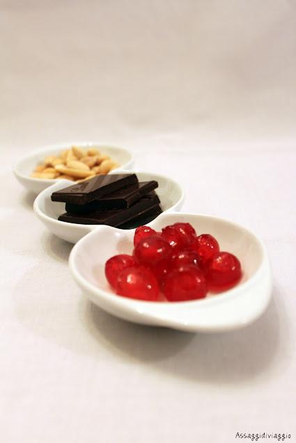 Mandorle, cioccolato e ciliegie candite