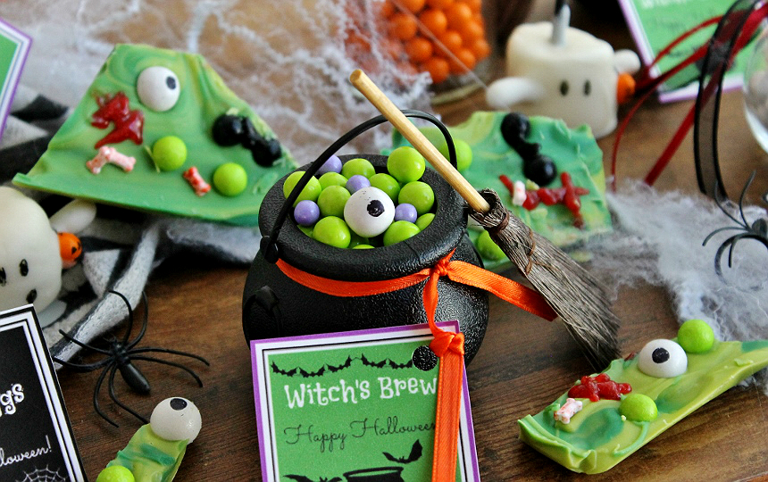 These #SpookyCelebrationTreats can be made in minutes with these free and fun printables and some Sixlets! #AD