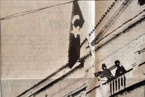 hükümet konağına türk bayrağı diken ile ilgili görsel sonucu