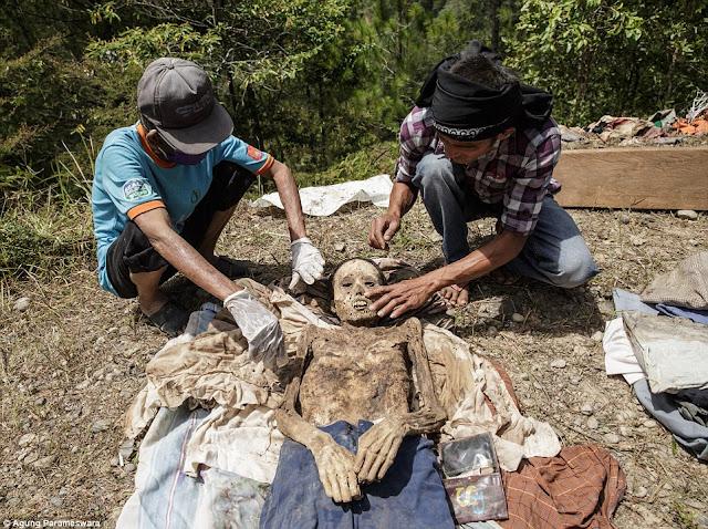 ma'nene upacara ritual untuk membangkitkan mayat